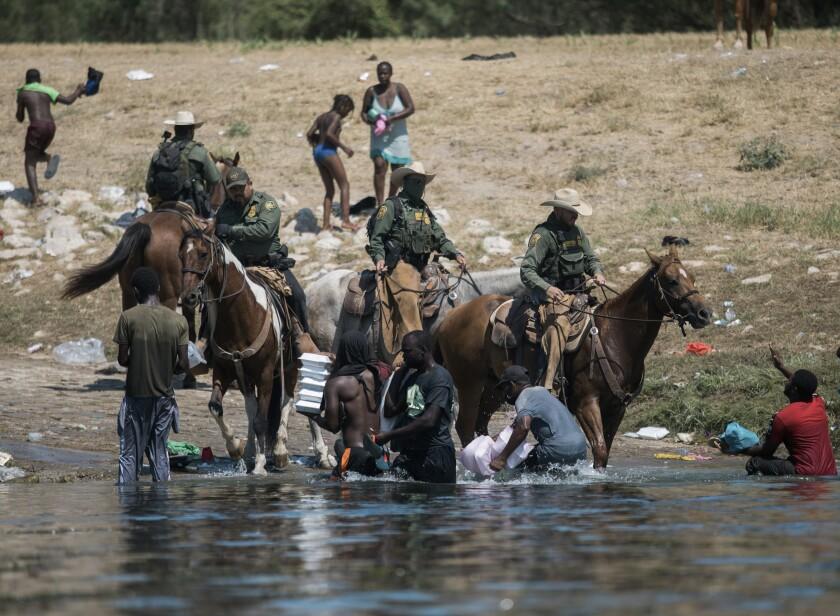 EEUU cierra parte de frontera texana para frenar a migrantes