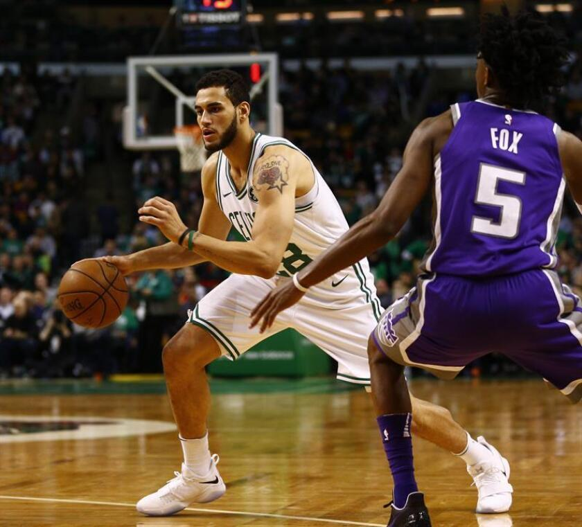 Abdel Nader (i) de los Boston Celtics durante un partido de la NBA, el pasado miércoles. EFE