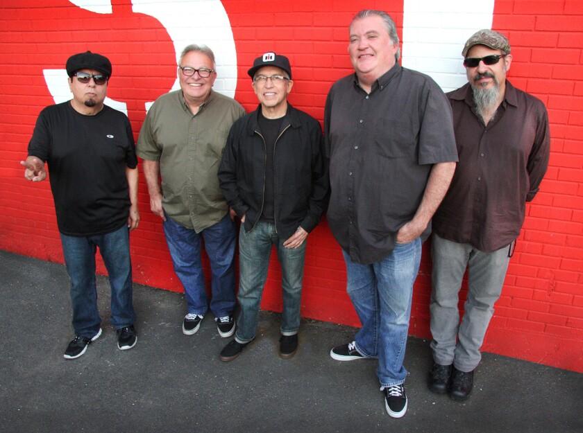 """Los integrantes de Los Lobos aseguran que están cambiando los estereotipos sobre los latinos """"a punta de pan dulce""""."""