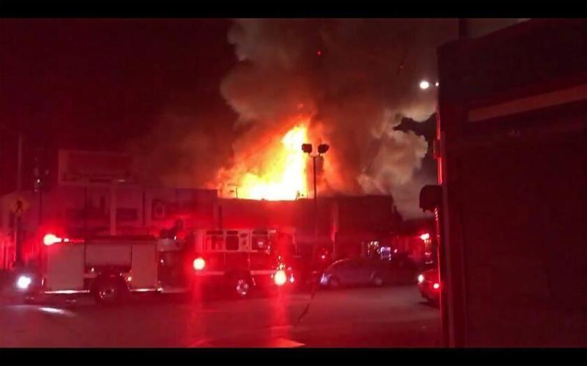 Al menos nueve personas murieron este viernes en la ciudad californiana de Oakland al declararse un incendio en un almacén que acogía un concierto, informaron hoy las autoridades, al precisar que 25 personas están desaparecidas. EFE/EPA