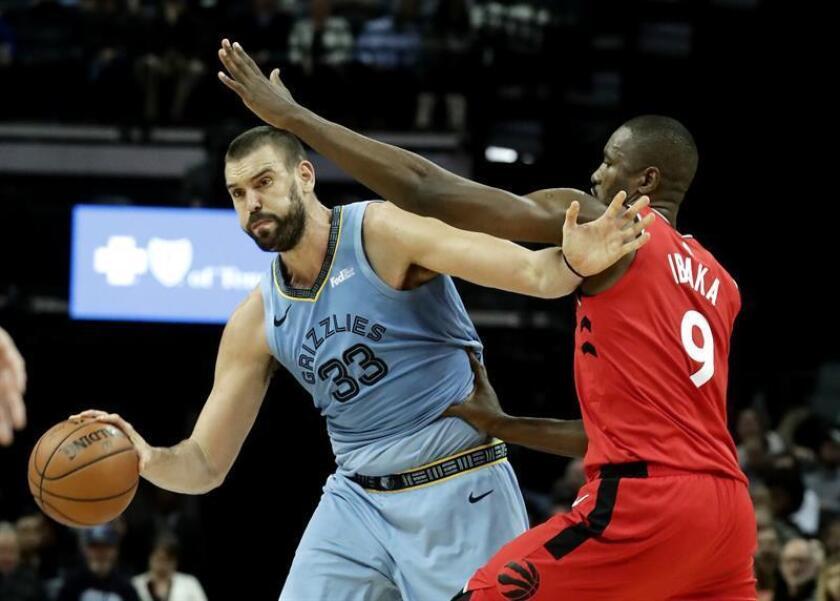 El alero congoleño Serge Ibaka (d) de Toronto Raptors en acción ante el pívot español Marc Gasol (i) de Memphis Grizzlies en un partido de la NBA el pasado 27 de noviembre. EFE/Archivo