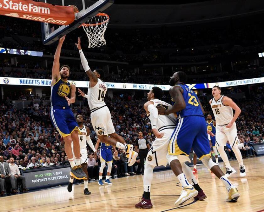 Gary Harris (c) de los Nuggets en acción ante Klay Thompson (i) de los Golden State Warriors en acción durante el partido de la NBA, entre Denver Nuggets y Golden State Warriors, en el Pepsi Center de Denver (EE.UU.). EFE