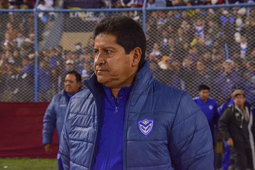 En la imagen un registro del entrenador boliviano de fútbol Eduardo Villegas, quien es el técnico que más títulos ha logrado en su país y fue elegido por la federación de fútbol para dirigir a la selección nacional. EFE/Archivo