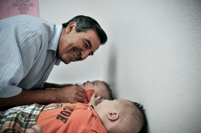 Abandonado y adoptado por campesinos se convierte en pediatra y motivador