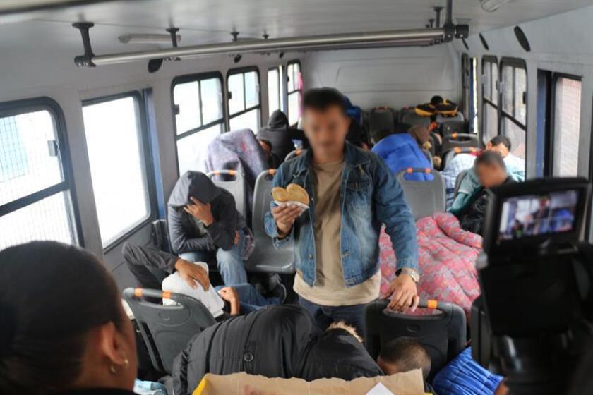 Imagen cedida por la Secretaría de Seguridad Pública del Distrito Federal (SSP-DF), el jueves 7 de agosto de 2014, donde se ve parte de un grupo de unos 14 hombres y seis mujeres de Centroamérica, incluyendo a cuatro menores de edad, que fueron rescatados por policías de la capital mexicana al ser localizados deshidratados y mal alimentados en una casa de Ciudad de México (México). EFE/SOLO USO EDITORIAL