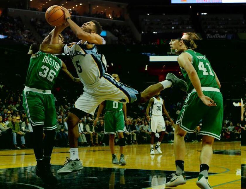 Andrew Harrison (c) de Memphis Grizzlies recibe una falta de Marcus Smart (i) de Boston Celtics durante un juego de la NBA en FedExForum en Memphis (EE.UU.). EFE