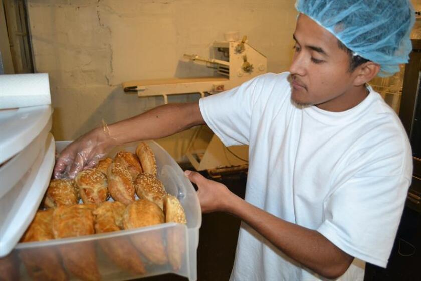 Vista de un empleado de un negocio de pastes en Nueva Jersey. EFE/Archivo