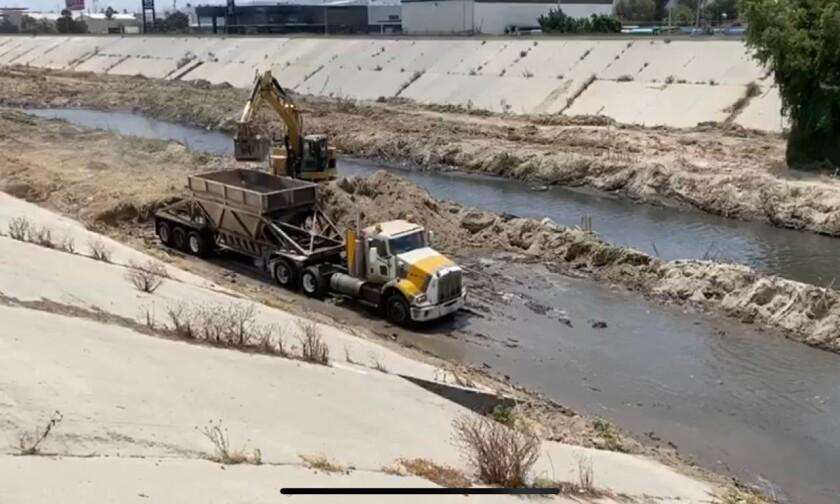 Trabajos de limpieza en la canalización del río Tijuana se realizan en colaboración entre el gobierno federal y el de BC.