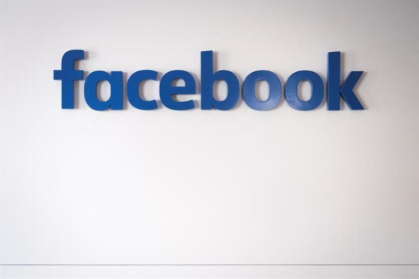 Fotografía de archivo del 20 de enero de 2017 que muestra el logotipo de Facebook dentro del Chalet de Facebook al margen de la 47? reunión anual del Foro Económico Mundial, en Davos (Suiza). EFE