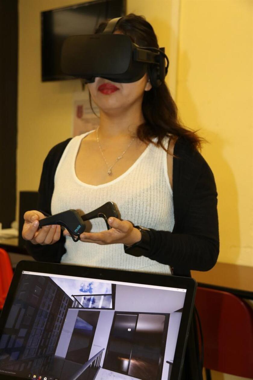 Fotografía cedida hoy, miércoles 27 de diciembre de 2017, por el Instituto Politécnico Nacional (IPN), que muestra a la diseñadora Adriana Martínez utilizando un visor Oculur Rift, durante una presentación en Ciudad de México (México). EFE/IPN/SOLO USO EDITORIAL / NO VENTAS