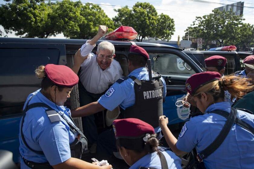 """Policías detienen a un manifestante durante la marcha """"Unidos Por la Libertad"""" el pasado domingo 14 de octubre de 2018, en Managua (Nicaragua). EFE"""