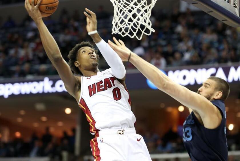 En la imagen un registro de Josh Richardson (i), escolta de los Heat de Miami, quien aportó 16 puntos en el triunfo de su equipo que se impuso 94-87 sobre los Bucks de Milwaukee. EFE/Archivo