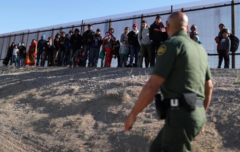 Asesor de Trump quiere que más países otorguen asilo