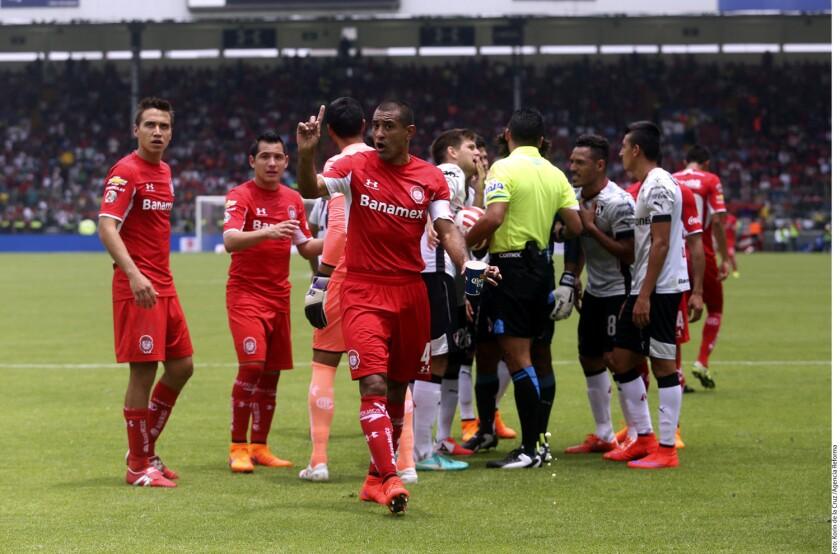 El árbitro en el encuentro entre Atlas y Toluca se llevó la atención de la gente.