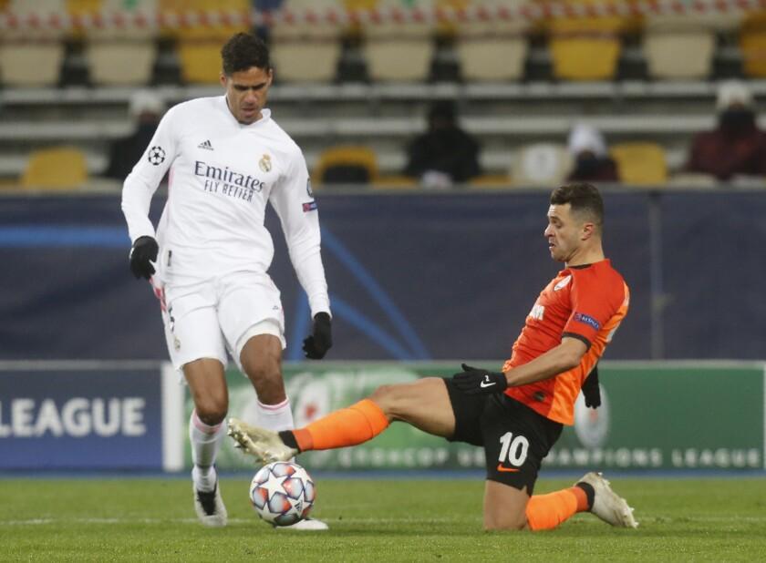 Raphael Varane del Real Madrid y Junior Moraes del Shakhtar Donetsk