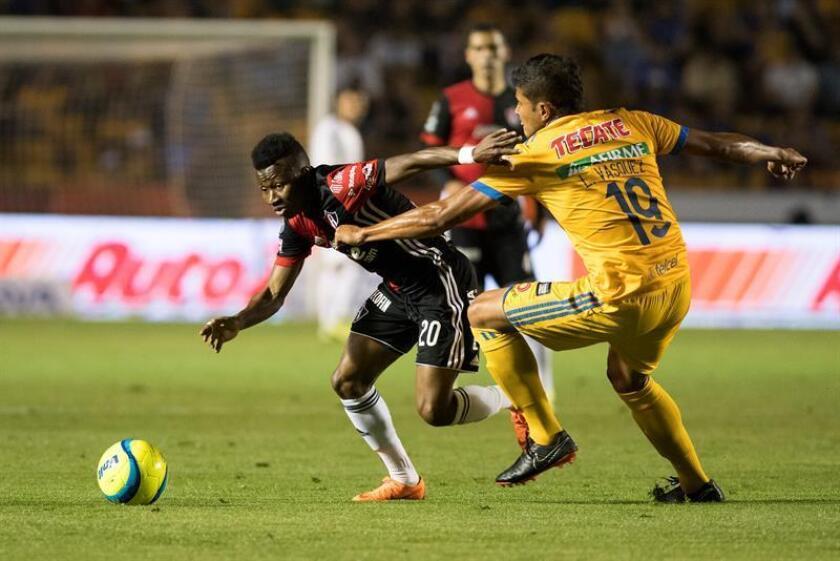Larry Vasquez (d) de Tigres disputa un balón con Clifford Aboagye (i) de Atlas durante un partido de fútbol. EFE/Archivo