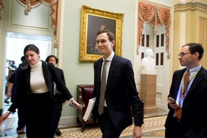 Jared Kushner (C), consejero del presidente estadounidense, Donald Trump, abandona un almuerzo en Capitol Hill, Washington, Estados Unidos. EFE/Archivo