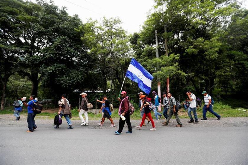 La caravana de miles de migrantes hondureños que salió el sábado de su país y que se encuentra ya en Guatemala retomó hoy martes 16 de octubre de 2018 su camino rumbo a Estados Unidos vigilada por una fuerte presencia policial. EFE