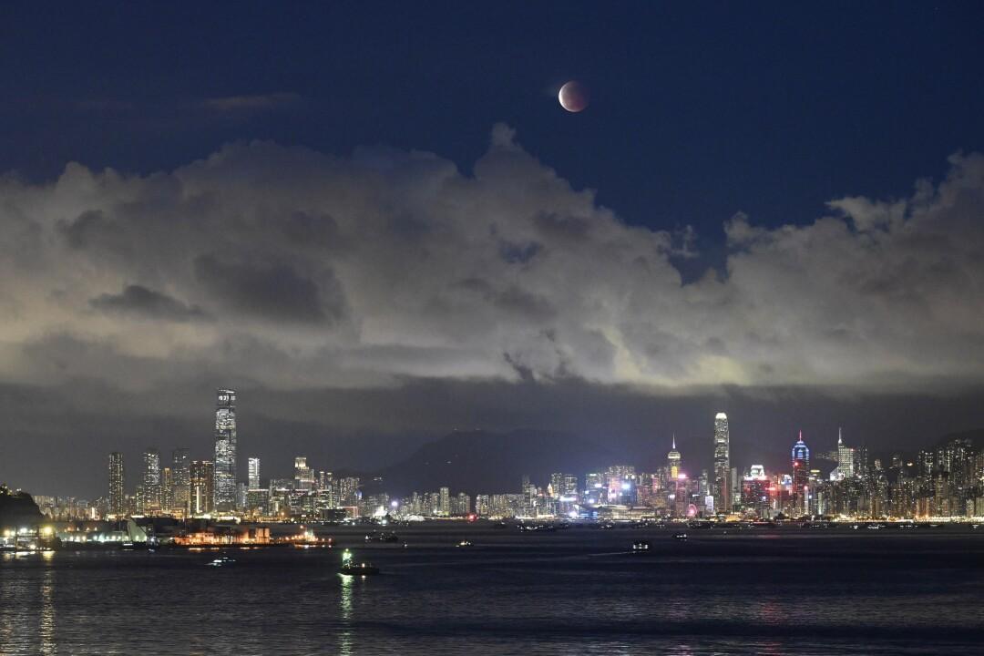 La luna sorge sul Victoria Harbour