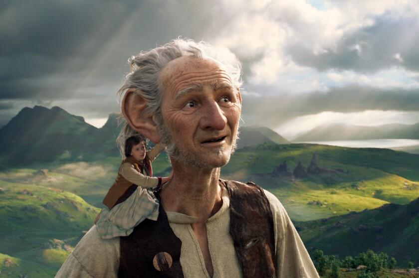"""Esta imagen lanzada por Disney muestra a Ruby Barnhill y al Big Friendly Giant from Giant Country, interpretado por Mark Rylance, en una escena de """"The BFG."""" (Disney via AP)"""