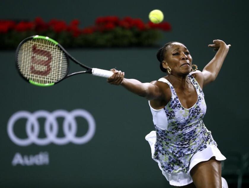 Venus Williams de EE.UU. responde una bola ante su hermana y compatriota Serena Williams este lunes 12 de marzo de 2018, durante un juego en el Abierto de Tenis de Indian Wells, California (EE.UU.). EFE