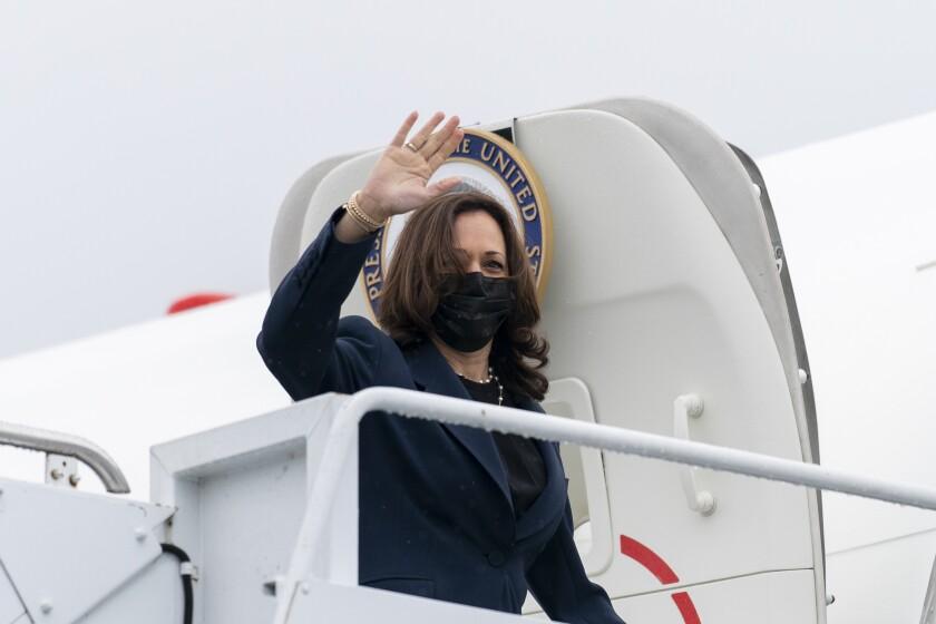 La vicepresidenta Kamala Harris aborda el avión vicepresidencial el miércoles 5 de mayo de 2021