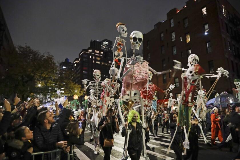 Juerguistas participan en el desfile de Halloween del Greenwich Village en Nueva York