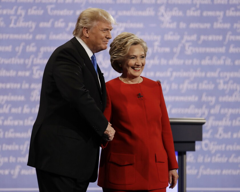 La candidata presidencial demócrata Hillary Clinton estrecha la mano de su rival republicano Donald Trump durante el debate rumbo a la Casa Blanca en la Universidad Hofstra en Hempstead, Nueva York, el lunes 26 de septiembre de 2016. (AP Foto/Julio Cortez)