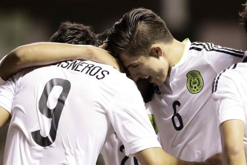 Rolando Cisneros (i) y Alan Cervantes (d) de la selección de México celebran su anotación ante Canadá hoy, lunes 20 de febrero de 2017, durante un partido por el Campeonato Sub 20 de la CONCACAF, que se disputa en San José, Costa Rica. EFE
