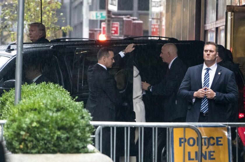 El candidato presidencial republicano Donald Trump, atrás a la izquierda, se retira de la Torre Trump en Nueva York, el domingo 9 de octubre de 2016. (AP Photo/Craig Ruttle)