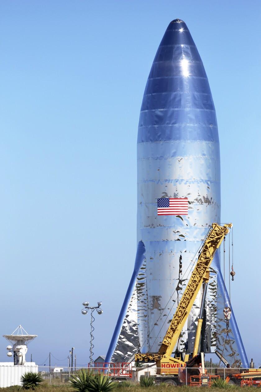 ARCHIVO - En esta fotografía de archivo del 12 de enero de 2019 muestra un prototipo de la nave Starship de Spacex en Boca Chica Beach, en Texas. (Miguel Roberts/The Brownsville Herald via AP, File)