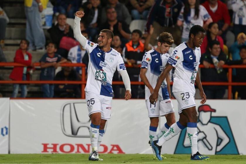 Victor Guzmán (i), de Pachuca, fue registrado este sábado al festejar un gol que le anotó a los Lobos BUAP, durante un partido de la quinta jornada del Torneo Apertura de la Liga MX, en el estadio Hidalgo de la ciudad de Pachuca (México). EFE