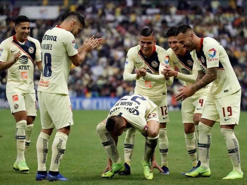 El jugador de América Paul Aguilar (c) celebra una anotación ante Toluca hoy, domingo 2 de diciembre de 2018, durante el juego de vuelta de cuartos de final del Torneo Apertura del fútbol mexicano realizado en el Estadio Azteca, en Ciudad de México. EFE