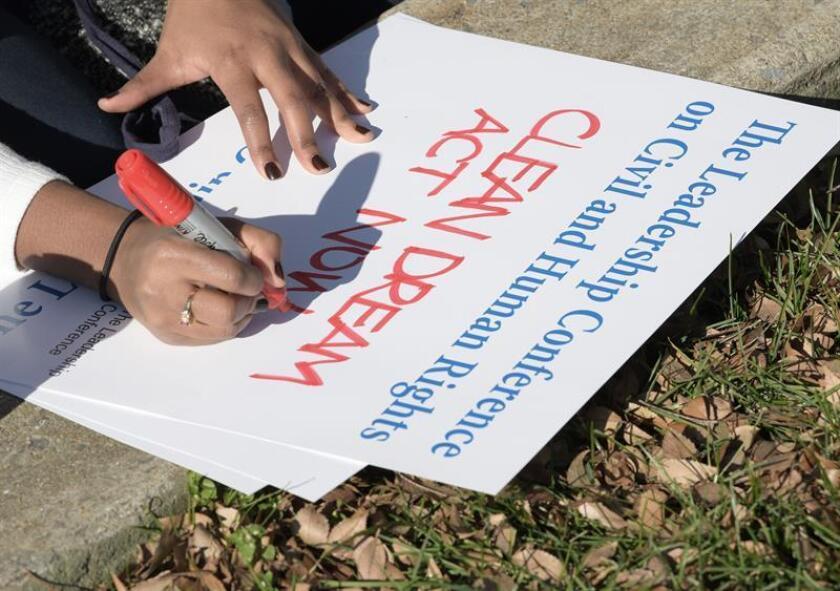 """Organizaciones y activistas pro derechos civiles pidieron hoy al Congreso que se mantenga firme en el apoyo a los """"soñadores"""" (jóvenes indocumentados llegados al país en la infancia), de manera que un acuerdo presupuestario incluya su protección contra la deportación y una vía a la ciudadanía. EFE/Archivo"""