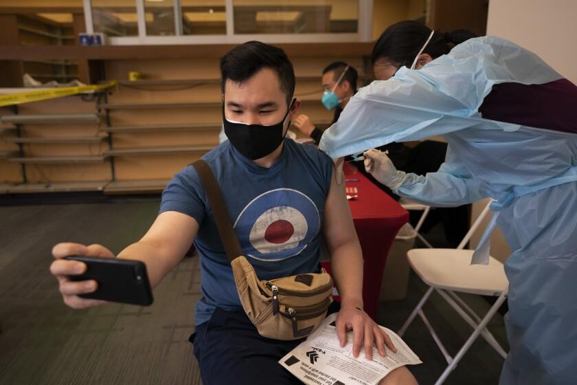 Fotografía de archivo del 12 de abril de 2021 de Freeson Wong, de 31 años, tomándose una selfie