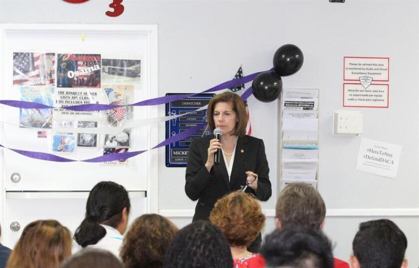 Imagen de archivo de la senadora Catherine Cortez-Masto (c). EFE/Archivo