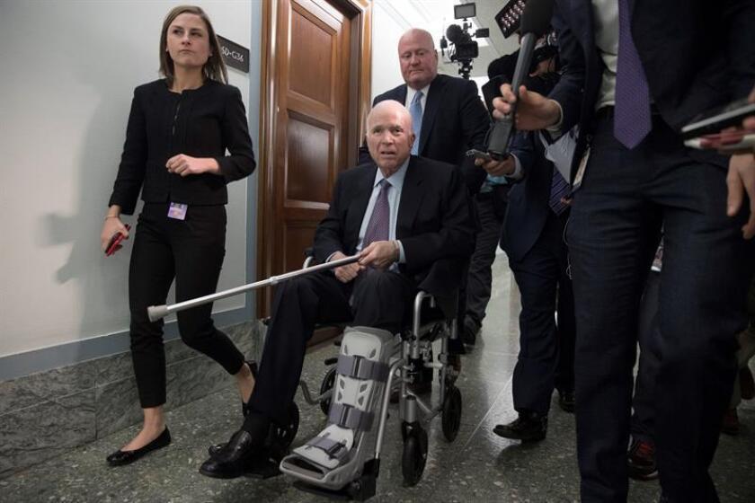El gobernador Andrew Cuomo ordenó que a partir de hoy las banderas de las instalaciones del estado ondeen a media asta en tributo al senador de Arizona John McCain, quien murió al perder su batalla contra el cáncer cerebral. EFE/ARCHIVO