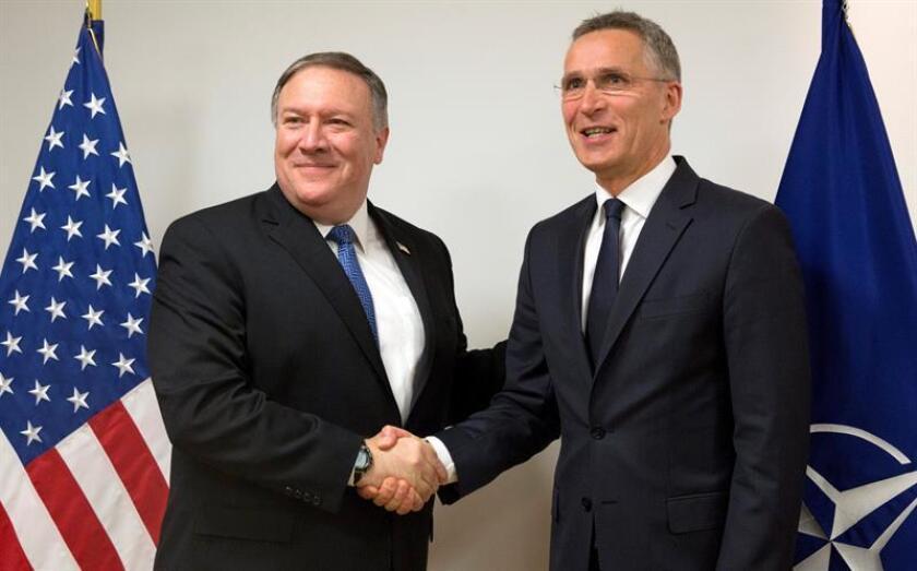 El secretario general de la OTAN, Jens Stoltenberg (d), estrecha la mano del secretario de Estado de EE.UU., Mike Pompeo, antes de participar en la reunión de ministros de Exteriores de los países miembros de la OTAN que se celebra en la sede de la Alianza en Bruselas, Bélgica, este 27 de abril. EFE