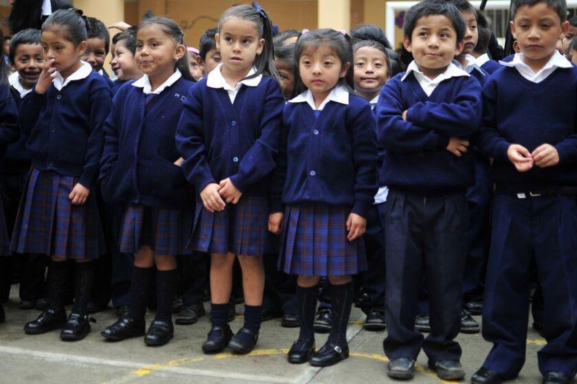 Los niños de la escuela primaria Arturo Taracena, escuchan al director de los EE.UU. Oficina de Política Nacional de Control de Drogas, Gil Kerlikowske.