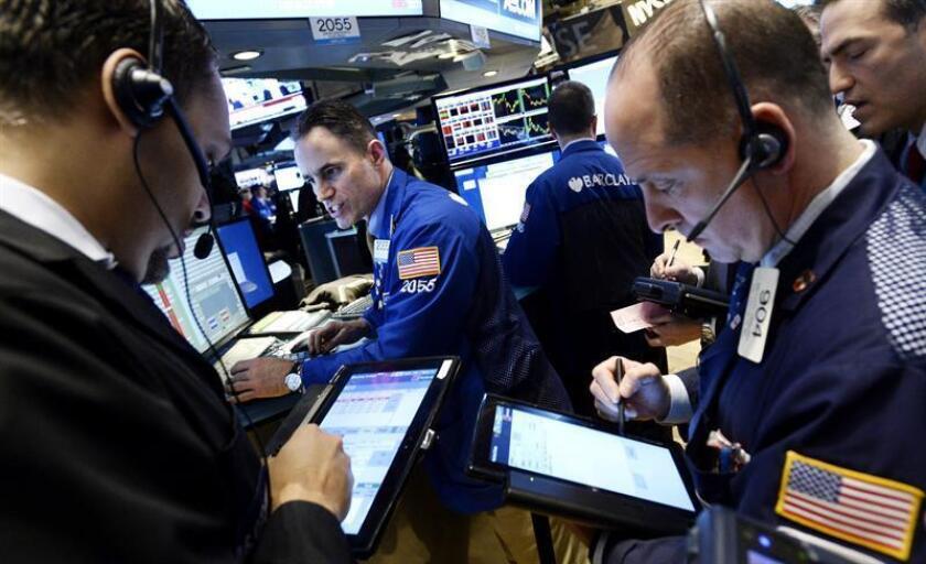 Agentes de Bolsa trabajan en el parqué de Nueva York, Estados Unidos. EFE/Archivo