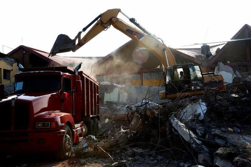 Un trabajador usa maquinaria para levantar los escombros en el municipio de Juchitán, Oaxaca (México), uno de los lugares más afectados por el terremoto de magnitud 8,2 en la escala de Richter, el de mayor magnitud sufrido por este país desde 1932. EFE/Archivo