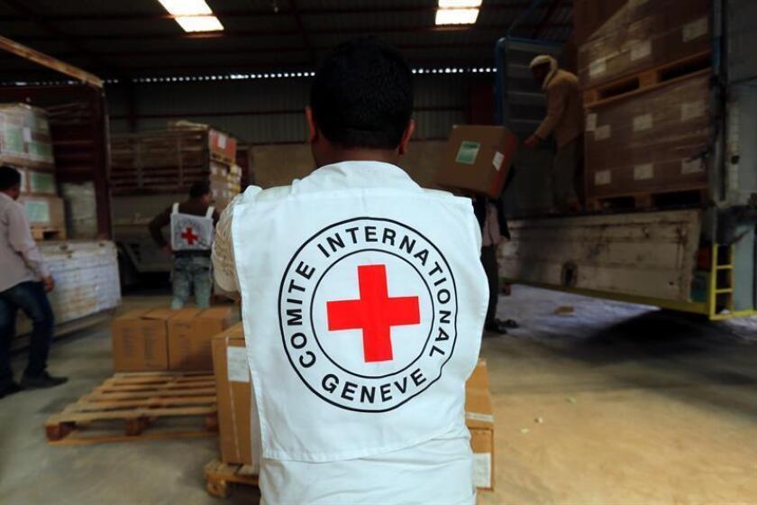 Un miembro del personal del Comité Internacional de la Cruz Roja descarga cajas con suministros médicos, Saná, Yemen. EFE/Archivo