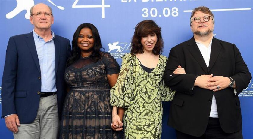 """(i-d) Los actores estadounidenses Richard Jenkins y Octavia Spencer, la actriz británica Sally Hawkins, y el cineasta mexicano Guillermo del Toro, posan durante la presentación de la película """"The Shape of Water"""". EFE/Archivo"""