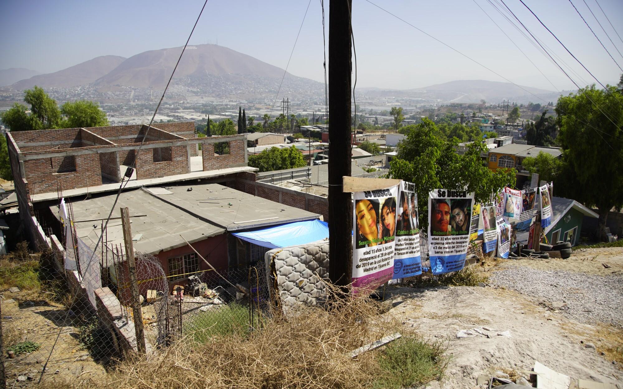 Los padres han puesto pancartas de sus desaparecidos en una propiedad de Tijuana