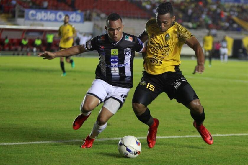 Gerardo Negrete (d), jugador del Club Atlético Independiente de Panamá (CAI). EFE/Archivo