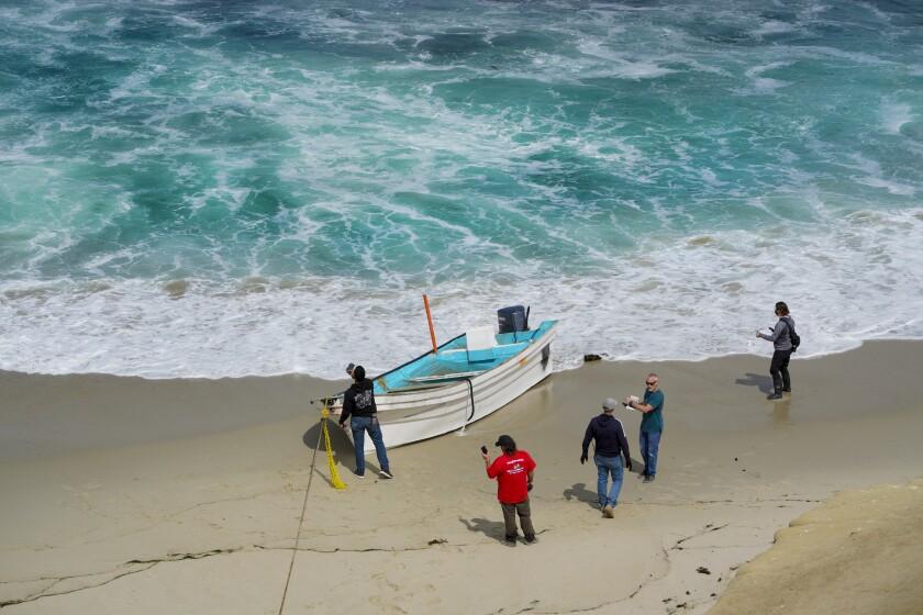 El 20 de mayo de 2021, investigadores cerca de Children's Pool revisan una pequeña embarcación