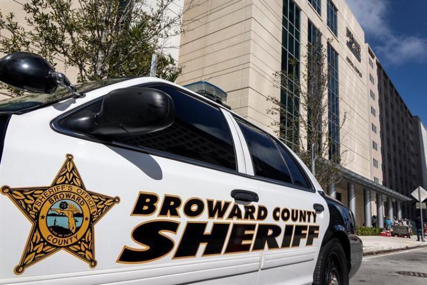 Vista de un vehículo de policía frente al Complejo Judicial del Condado de Broward, en Fort Lauderdale, Florida, (EE.UU.). EFE/Archivo