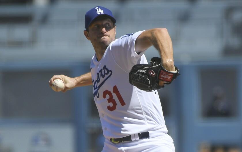 El abridor de los Dodgers de Los Ángeles Max Scherzer trabaja en el primer inning del juego ante los Padres