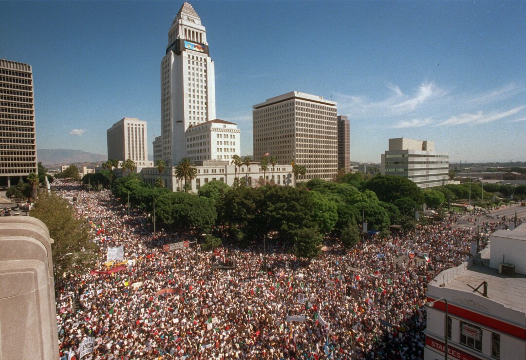 Alrededor de 70.000 manifestantes contra la Proposición 187 se reúnen en el Ayuntamiento de Los Ángeles el 16 de octubre de 1994.
