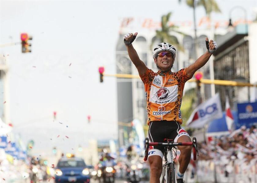 En la imagen un registro del ciclista costarricense Juan Carlos Rojas, quien asumió el liderato de la vuelta a su país, tras imponerse en una cronoescalada de 19,64 kilómetros en la localidad de Paraíso. EFE/Archivo